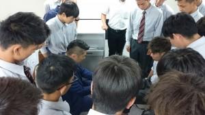 近畿医療理事田中先生の施術を受ける伯太高校の生徒2