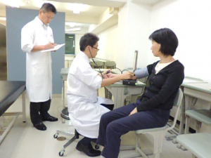 鍼灸学科の卒業実技試験の様子