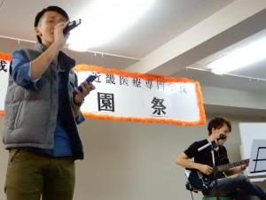 生演奏で歌を披露