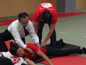 小林理事長・坂本副校長による 成田緑夢選手の施術風景