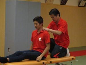 小林理事長による 成田緑夢選手の施術風景