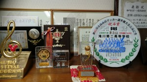 飾られた数々のトロフィーや賞状
